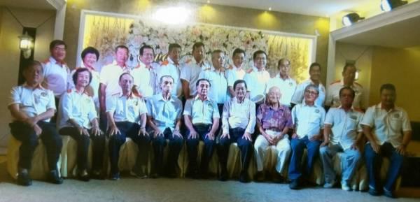 峇株巴辖惠安公会新届董事,前排左5是会长郭阀盛。