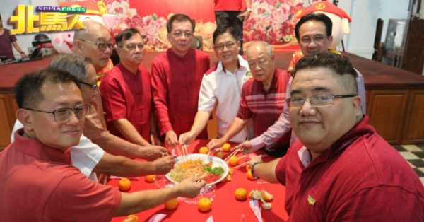 许经才(左3起)、庄其川、骆南辉、庄国才及郭献华,进行捞生仪式。